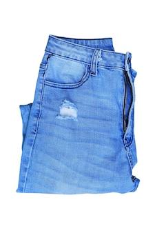 Dobra de jeans azul isolada em fundo branco