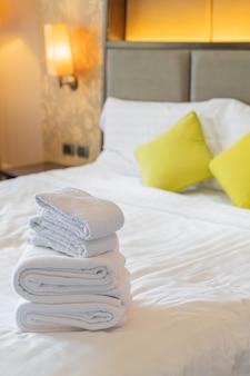 Dobra de toalha branca na cama no resort hotel