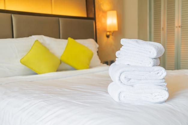Dobra de toalha branca na cama