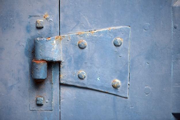 Dobradiça de porta colonial velha do edifício
