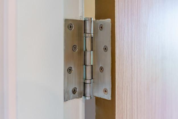 Dobradiças de porta inox na porta de balanço de madeira