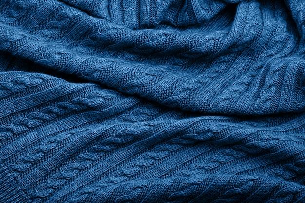 Dobras de um cobertor de lã tricotada, cor azul, fundo vista superior