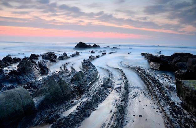 Dobras geológicas na costa de barrika