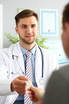 Doc dando pastilha para homem doente