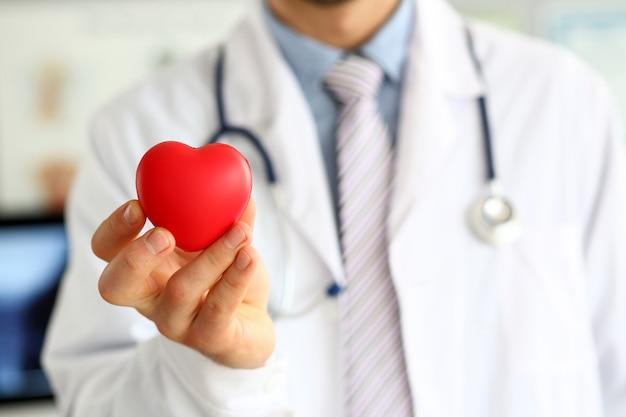 Doc segurando coração