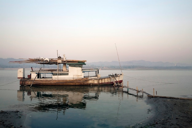 Doca de barco de pesca velha no rio