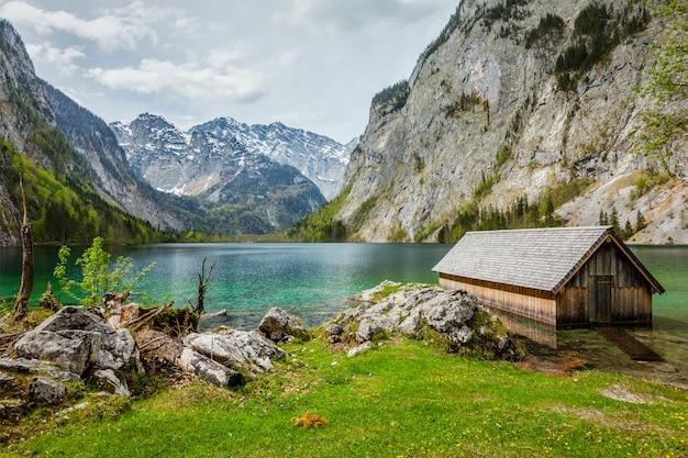 Doca de barco no lago obersee. bavaria, alemanha