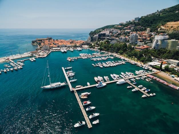 Doca de barcos e porto de iates em budva montenegro foto aérea do drone