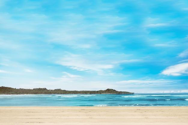 Doca de madeira com vista para o mar azul