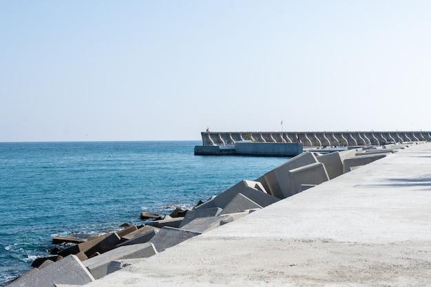 Doca do porto de málaga em um dia ensolarado