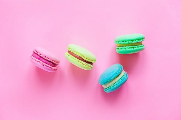 Doce amêndoa colorido rosa azul amarelo verde macaron ou macaroon sobremesa