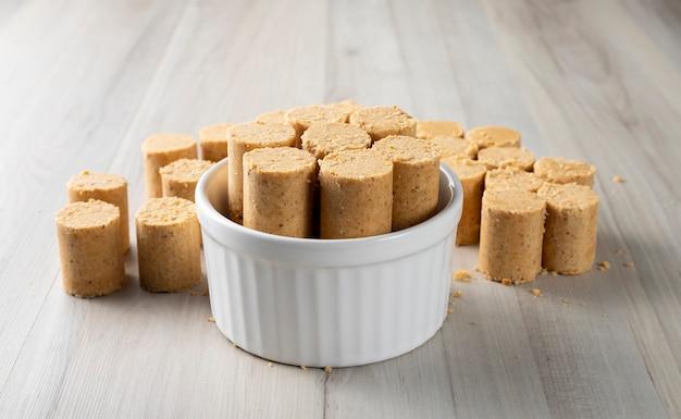 Doce amendoim brasileiro chamado pacoca. da celebração de junho