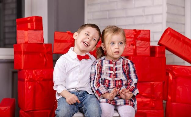 Doce anjo criança criança se divertindo menino e menina se abraçando