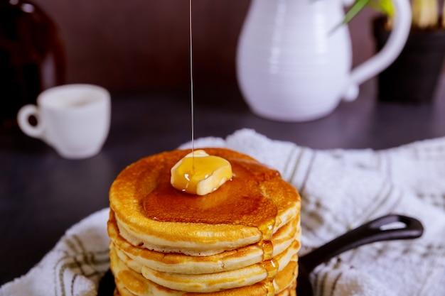 Doce caseira pilha de panquecas com manteiga e xarope no café da manhã