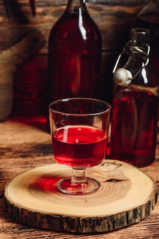Doce caseiro de berry nalewka em taça de vinho