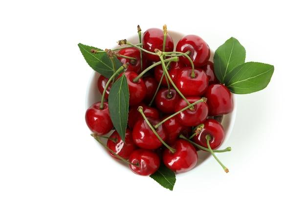 Doce cereja vermelha isolada no fundo branco