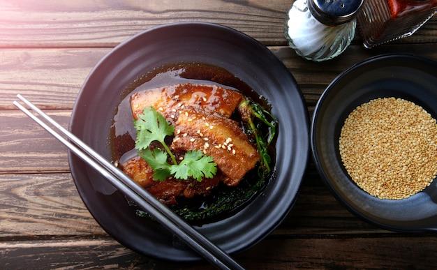 Doce chinês porco cozido no vapor.