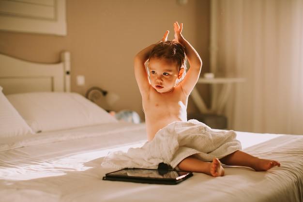 Doce, curly, menininha, com, um, toalha, sobre, dela, molhados, corporal, localização, em, um, quarto, após, chuveiro