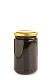 Doce de ameixa em uma jarra de vidro isolada no fundo branco. vista do topo
