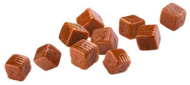 Doce de caramelo caindo, balas de caramelo voadoras, isoladas no espaço em branco