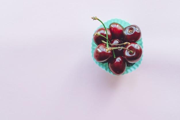 Doce de cereja em rosa. cereja doce madura close-up. copyspace