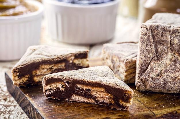 Doce de chocolate brasileiro, servido em casamentos e eventos, chamado de palha italiana