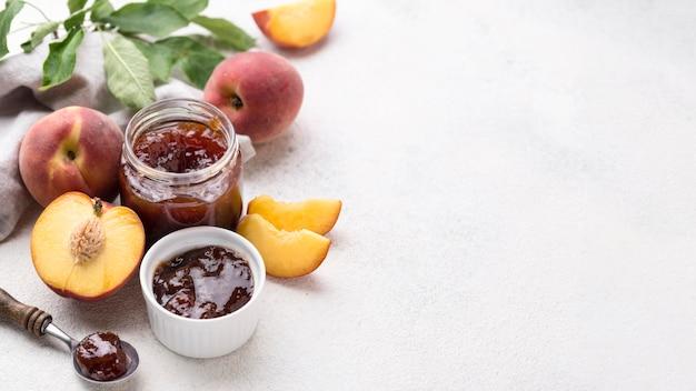 Doce de frutas de alto ângulo com espaço para texto