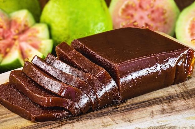 Doce de goiaba brasileira, chamada marmelada ou pasta de goiaba, com frutas na superfície
