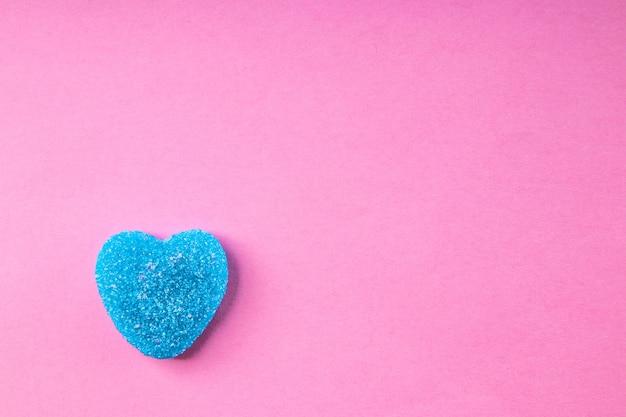 Doce de goma em forma de coração azul em rosa