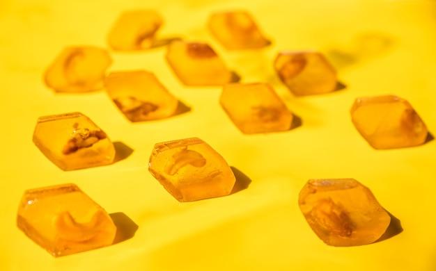 Doce de marmelada de mel amarelo na superfície amarela marmelada sem açúcar sobremesa saudável