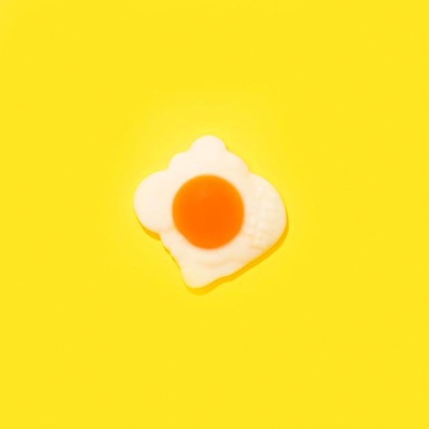 Doce de ovo em fundo amarelo