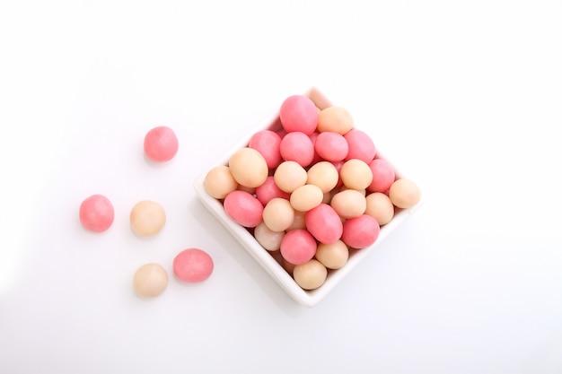Doce-de-rosa e branco em um prato redondo branco sobre um fundo branco
