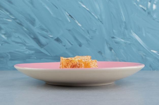 Doce delícia turca amarela no mármore, no fundo azul te. foto de alta qualidade