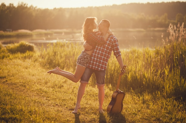 Doce e romântico casal no pôr do sol