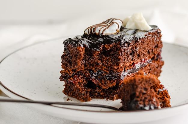 Doce fatia de bolo de chocolate no fundo branco