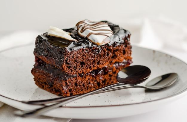 Doce fatia de bolo de chocolate