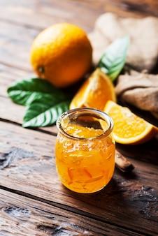 Doce geléia de laranja feita em casa na mesa de madeira, foco seletivo
