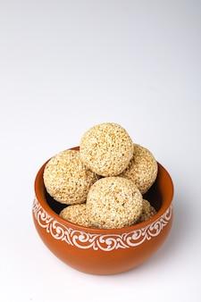 Doce indiano para o tradicional festival makar sankranti: rajgira laddu feito de semente de amaranto na tigela