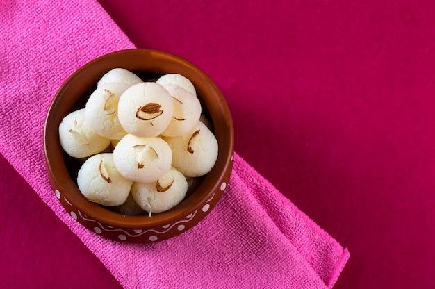Doce indiano - rasgulla, famoso doce bengali em tigela de barro com guardanapo