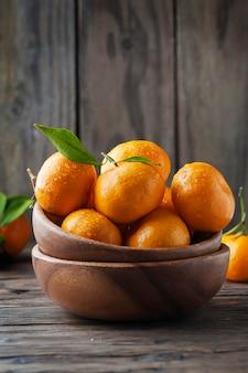Doce mandarim laranja fresco na mesa de madeira