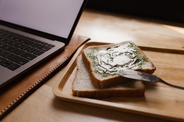 Doce matcha caseiro do chá verde como uma refeição pequena na mesa do trabalho.