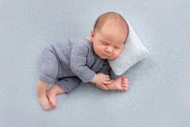 Doce recém-nascido dormindo