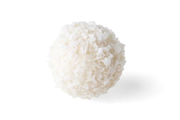 Doce redondo com flocos de coco isolado no fundo branco