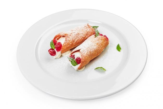 Doce rolo com bagas sobremesa isolado no branco