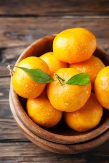 Doce tangerina fresca na mesa de madeira