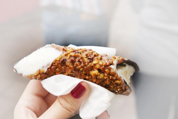 Doce típico da sicília que é massa waffle recheada com creme de ricota