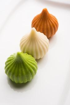 Doce tiranga colorido forma de modak mithai ou bolinho de massa para a independência ou cartão do dia da república