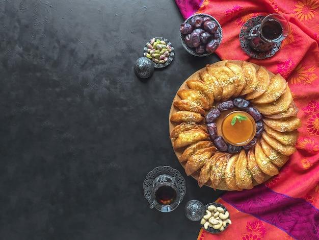 Doces árabes. panqueca árabe recheada com queijo doce e fundo de pistache