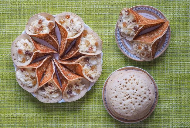 Doces árabes. panqueca árabe recheada com queijo doce e pistache.