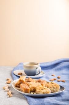 Doces árabes tradicionais e uma xícara de café. vista lateral